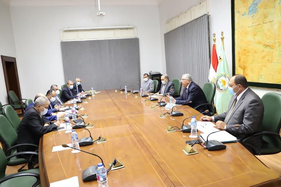 صور | وزيرا الزراعة والإنتاج الحربى يبحثان الإسراع فى تطوير مراكز تجميع الألبان