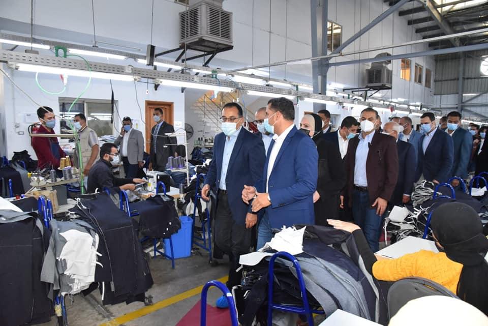 رئيس الوزراء يتفقد مصنع «إيدج» للملابس الجاهزة ببورسعيد ويجري حوارات مع العاملين