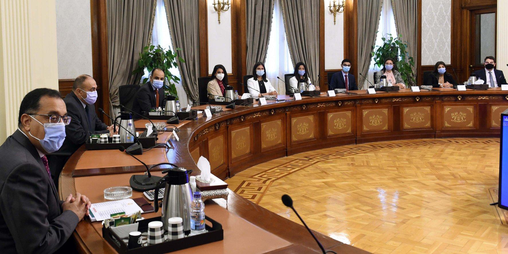 رئيس الوزراء يلتقي مجموعة من الشباب المصريين الدارسين بالخارج