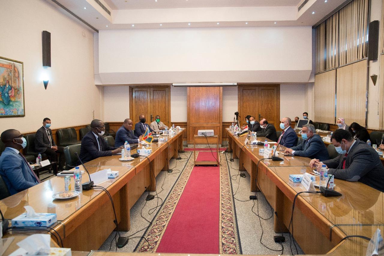 صور | وزير الري يبحث مع وزير البيئة الكونغولي سبل تعزيز التعاون الثنائي