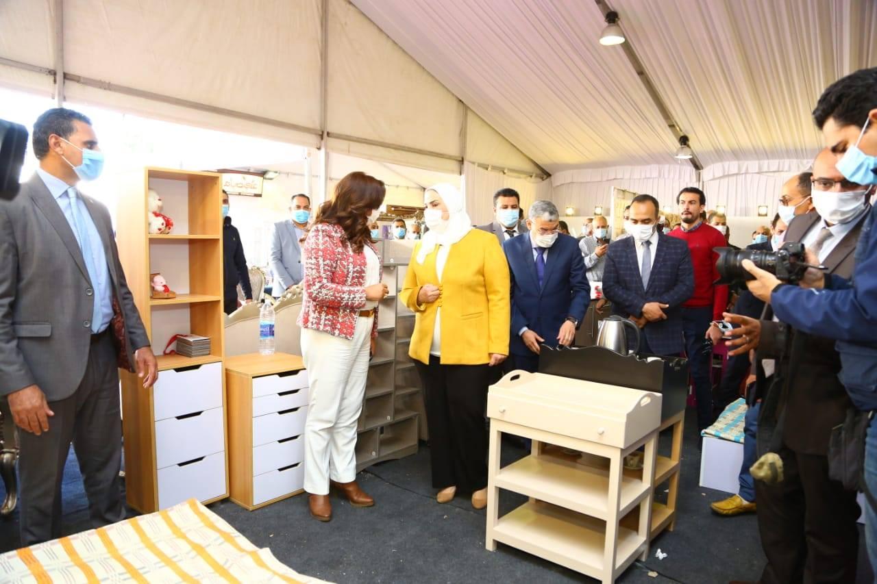 صور   وزيرة التضامن تفتتح معرض الأثاث الدمياطي ومستلزمات الأثاث للأسر المنتجة بالمنيا