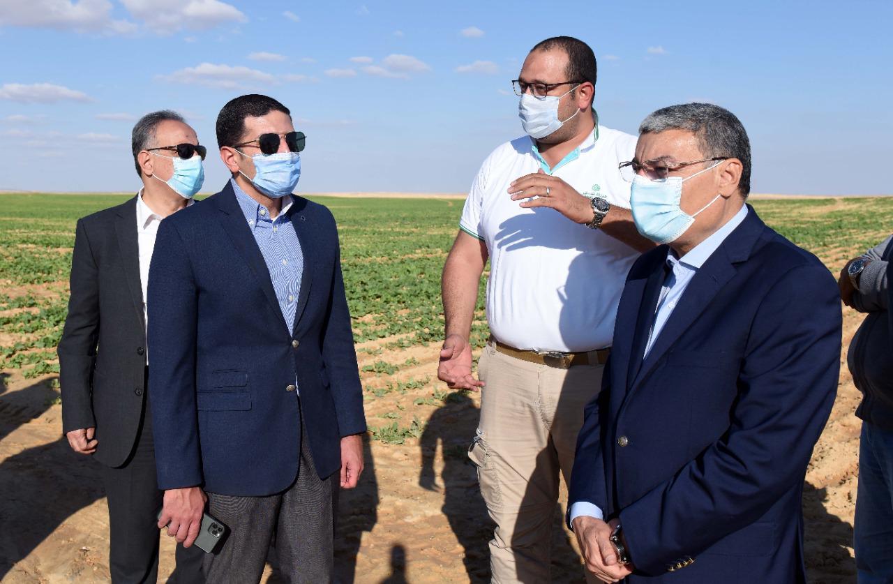 صور | رئيس هيئة الاستثمار ومحافظ المنيا يتفقدان مشروع شركة «القناة للسكر» بالمنيا