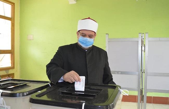 صور | وزير الأوقاف بعد التصويت : الإنسان الوطني الحر الشريف لا يبيع صوته بثمن بخس