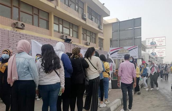 صور | إقبال الشباب على لجنة الجامعة العمالية بمدينة نصر في انتخابات مجلس النواب