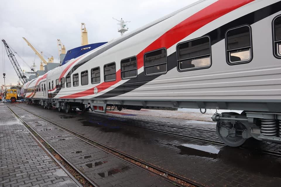 صور | وزير النقل يعلن وصول دفعة جديدة من عربات السكك الحديدية إلى ميناء الإسكندرية