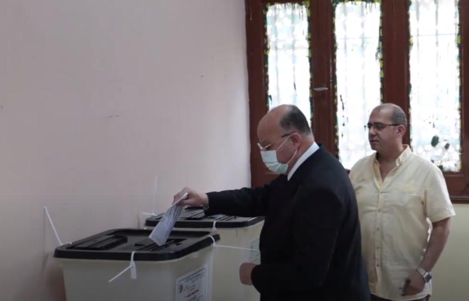 صور | محافظ القاهرة يدلي بصوته في انتخابات مجلس النواب بمصر الجديدة