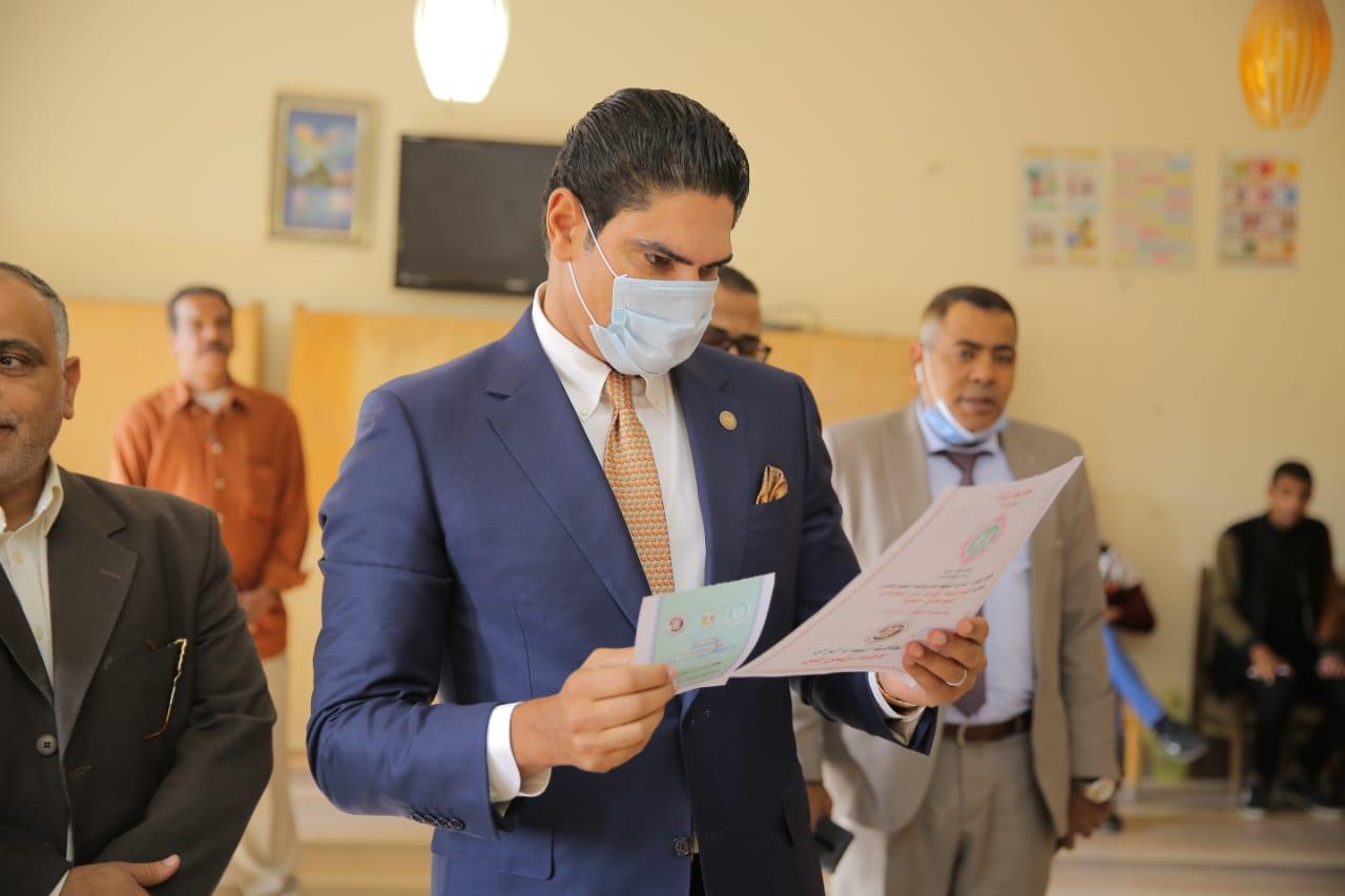 صور | أحمد أبو هشيمة يدلي بصوته في انتخابات مجلس النواب بالتجمع الخامس