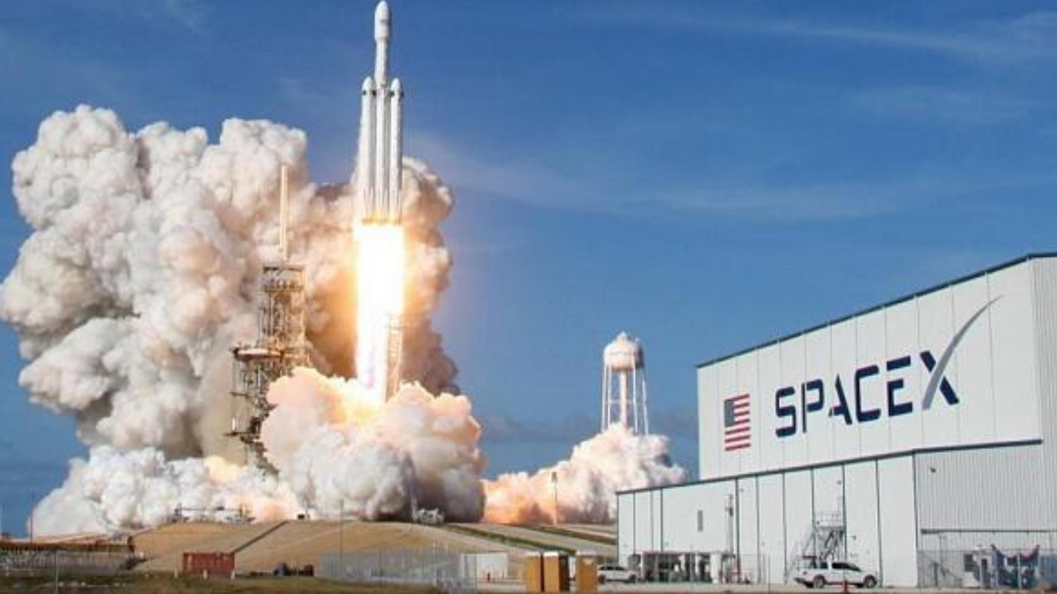 """نجاح انطلاق أول رحلة مأهولة لشركة """"سبيس إكس"""" الأمريكية إلى الفضاء"""
