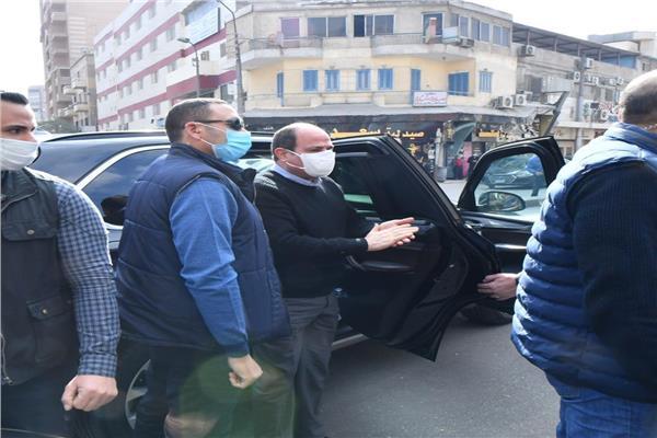 فيديو| الرئيس السيسي ينزل من سيارته استجابة لهتافات المواطنين بالشارع لتحيتهم