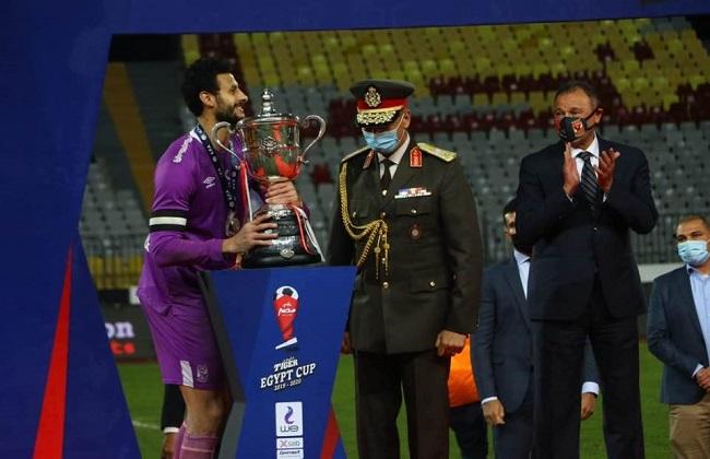 """الشناوي """"حارس"""" الأهلي يرفع كأس مصر الـ 37"""