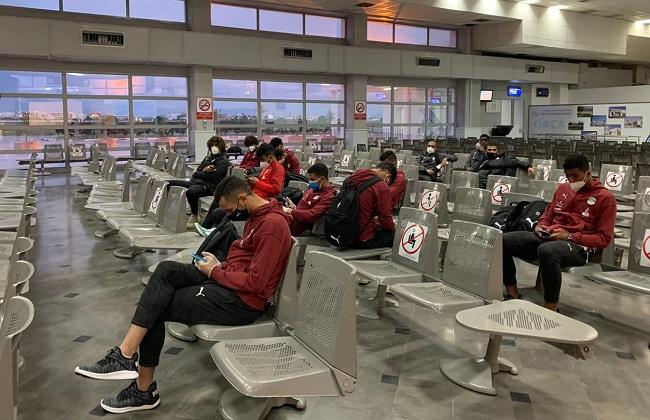 منتخب الشباب يصل إلى مطار القاهرة الدولي.. ويتوجه لفندق العزل