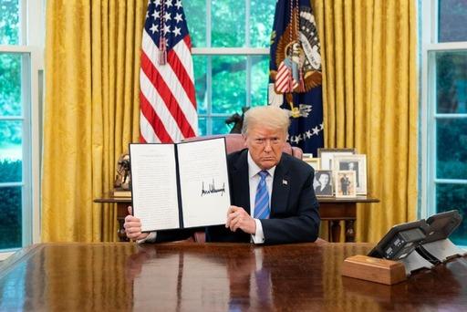 دونالد ترامب يوقع أمرا تنفيذيا لإعطاء الأمريكيين الأولوية لشحنات لقاح كورونا