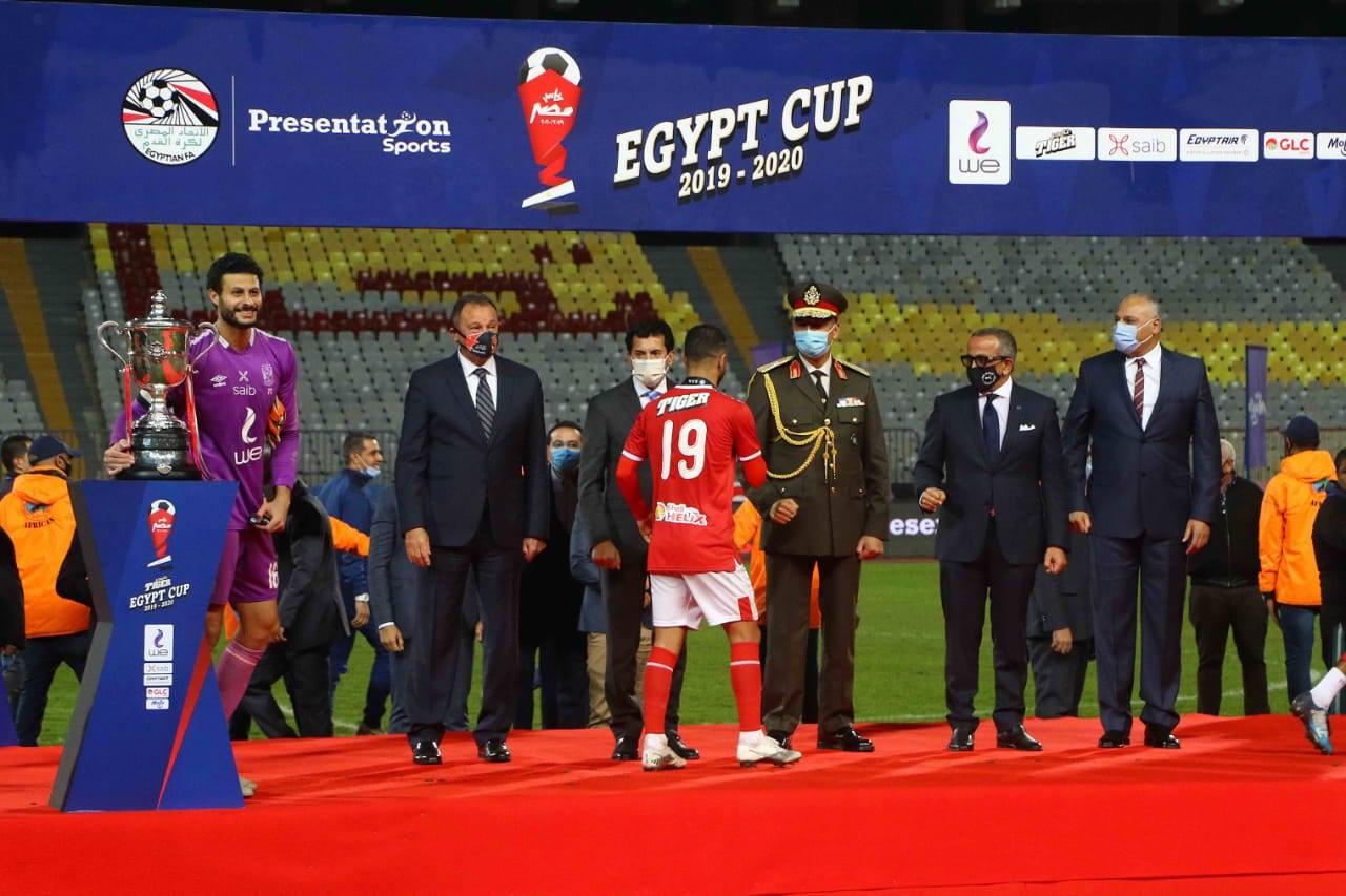 صور| وزير الرياضة يهنئ النادى الأهلى بفوزه بكأس مصر ويشهد مراسم التتويج
