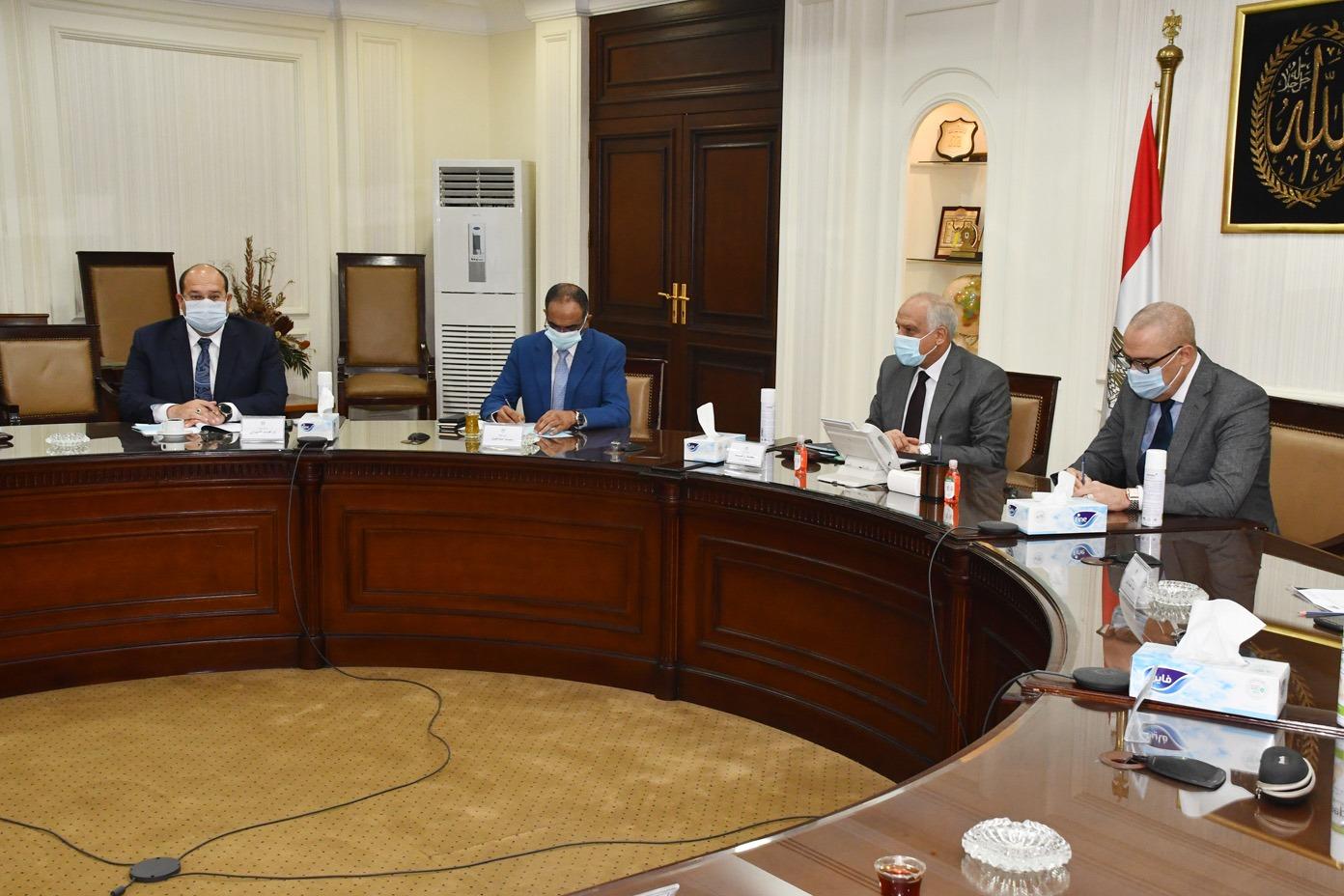 صور   وزير الإسكان ومحافظ الجيزة يتابعان الموقف التنفيذى لمشروعات مياه الشرب والصرف