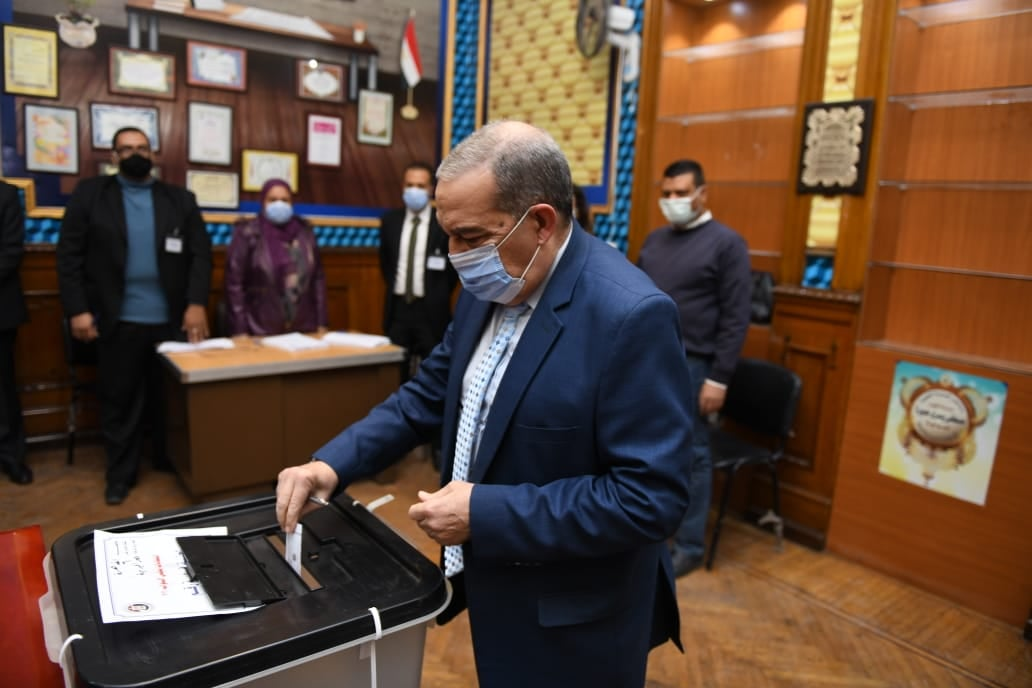 صور | وزير الإنتاج الحربى يدلى بصوته فى جولة الإعادة لانتخابات النواب بمصر الجديدة
