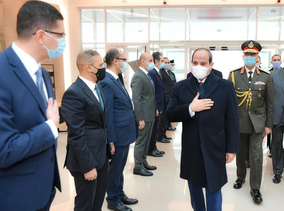 الرئيس السيسي يضع إكليلا من الزهور على قبر الجندى المجهول بقوس النصر بباريس