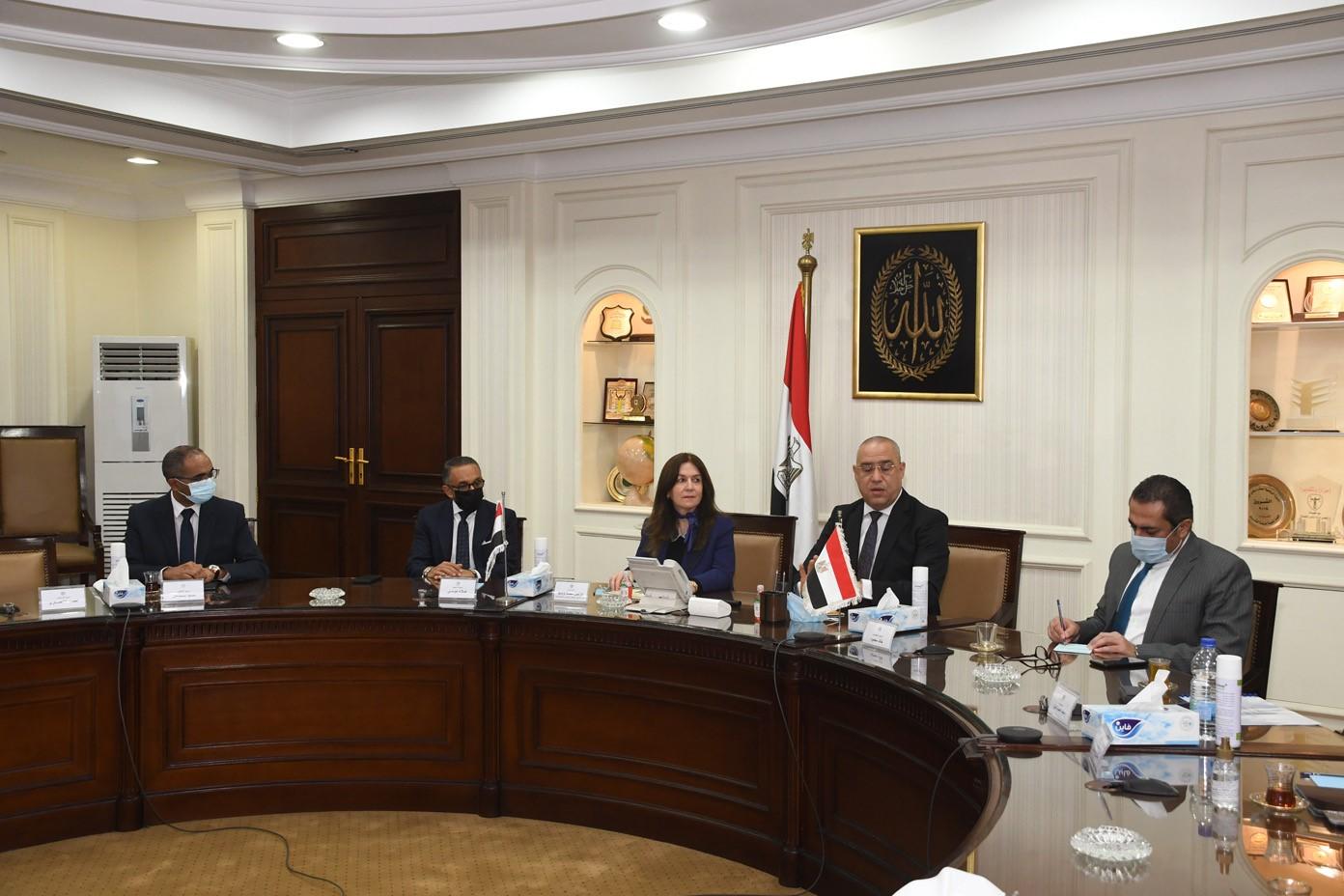صور | وزير الإسكان يلتقى نظيرته العراقية لعرض التجربة المصرية فى إنشاء المدن الجديدة
