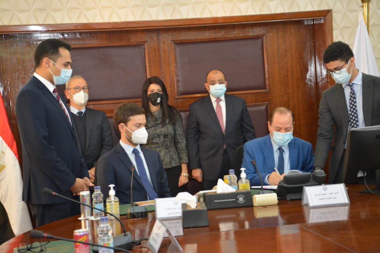صور | وزيرا التنمية المحلية والتعاون يشهدان توقيع بروتوكول عقد استشارات مشروع تطهير مصرف كيتشنر