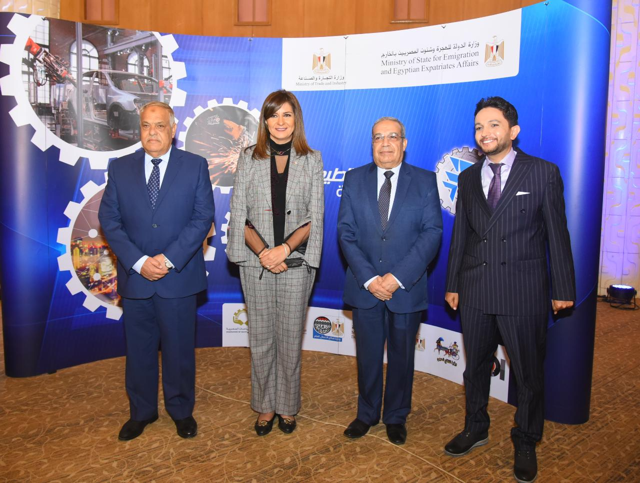 صور | 3 وزراء و5 خبراء يبحثون توطين صناعة السيارات في مصر
