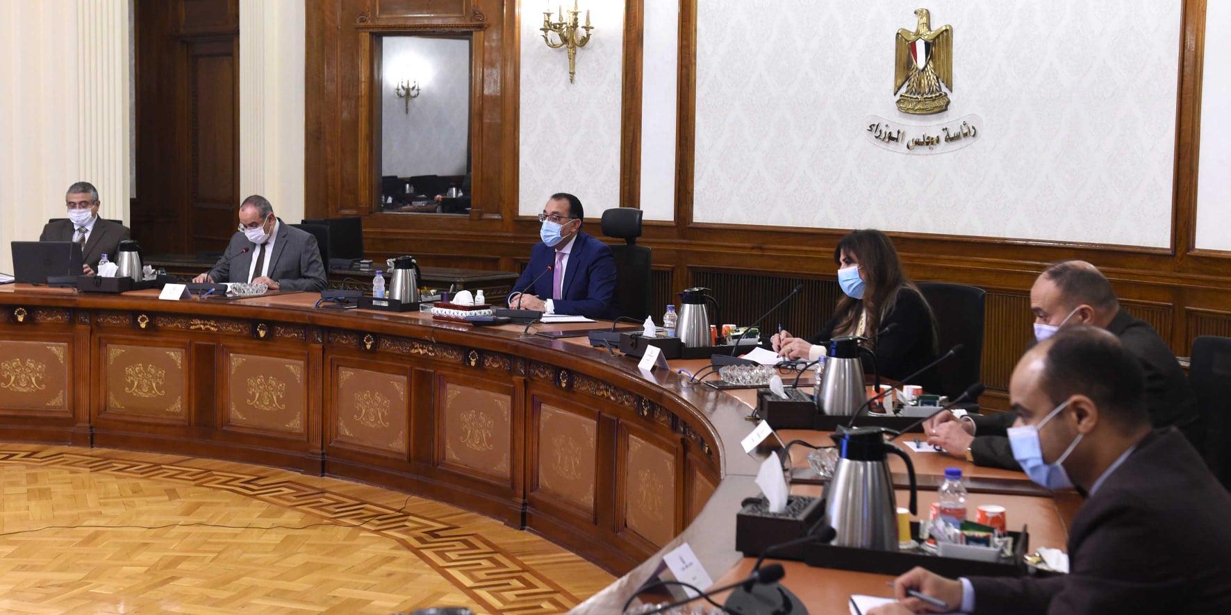 صور | رئيس الوزراء يستعرض ملفات عمل وزارة الطيران المدني خلال 2020