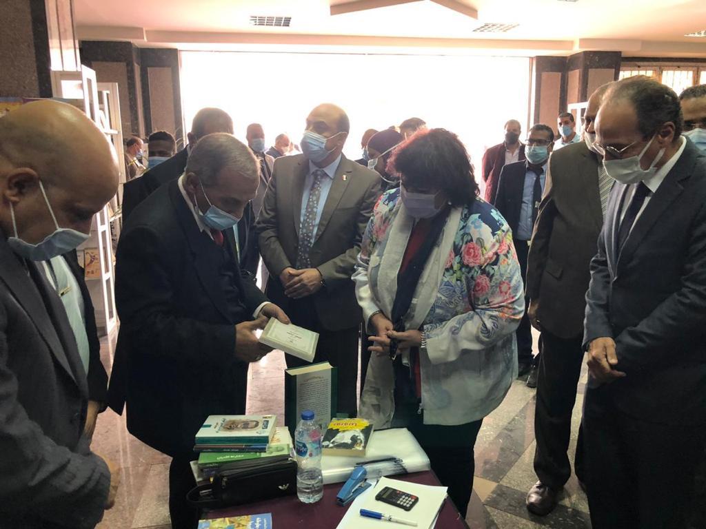 صور   وزيرة الثقافة ومحافظ أسوان ورئيس جامعتها يفتتحون معرض الكتاب الأول بالجامعة
