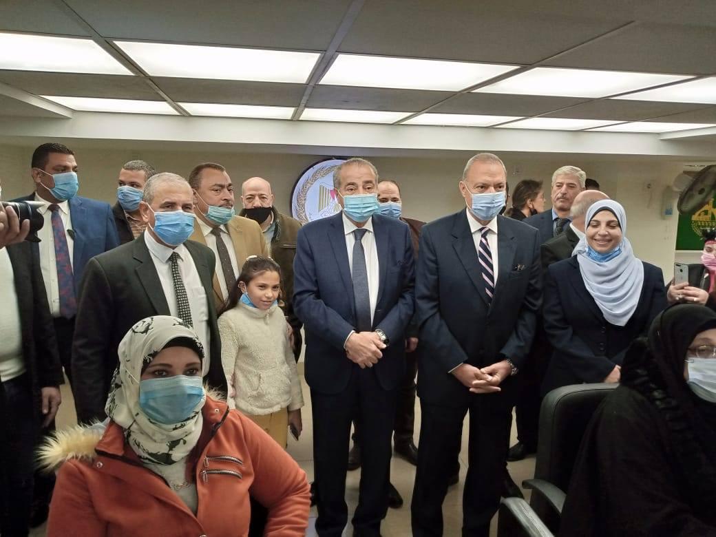 صور | وزير التموين ومحافظ القليوبية يفتتحان مركز خدمة المواطنين المطور في شبرا الخيمة
