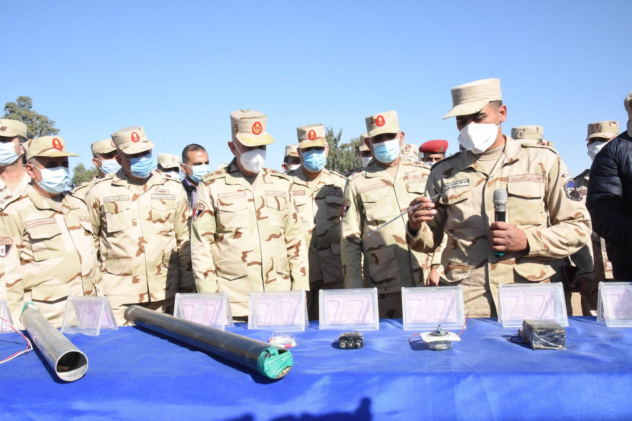 صور | رئيس الأركان يتفقد معسكر إعداد وتأهيل مقاتلى الجيش الثانى بشمال سيناء