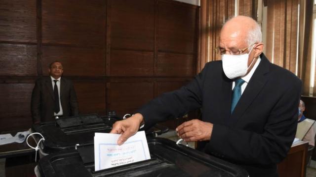 علي عبد العال يدلي بصوته في انتخابات النواب بمقر لجنته بمدينة نصر