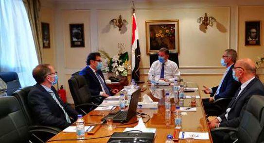 وزير قطاع الأعمال يبحث مع تحالف إيطالي التعاون في صناعة أتوبيسات تعمل بالغاز