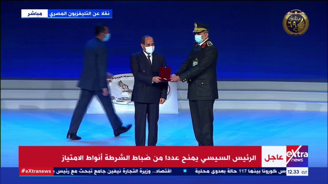 الرئيس السيسي يكرم أسر الشهداء ويمنح عددا من الضباط أنواط الامتياز