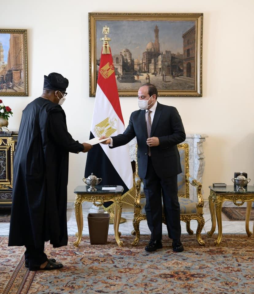 صور  الرئيس السيسي يتسلم رسالة خطية من نظيره النيجيري محمد بوهاري