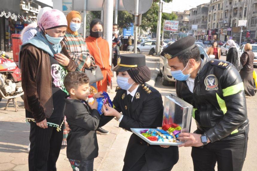 صور| الأجهزة الأمنية توزع الهدايا على المواطنين في الشوارع بمناسبة عيد الشرطة