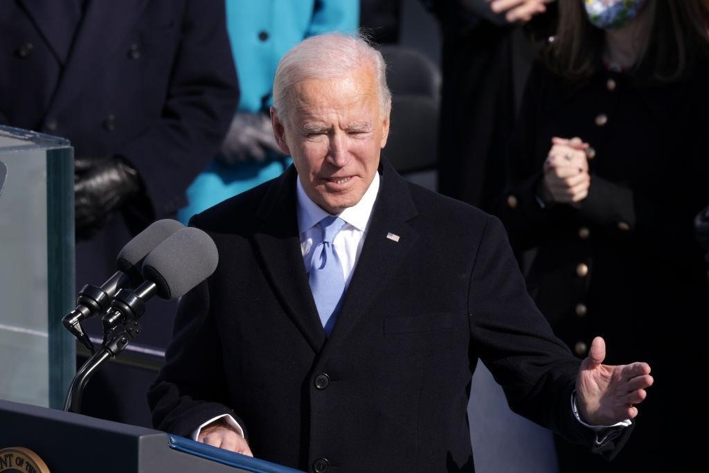 بايدن يتحدث عن الوحدة والديمقراطية الهشة في خطابه الأول كرئيس