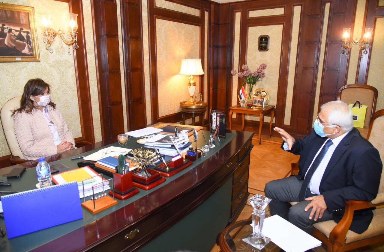 وزيرة الهجرة تستقبل خبيرًا مصريًا بالخارج لتقديم توصياته بشأن توطين صناعة مكونات السيارات