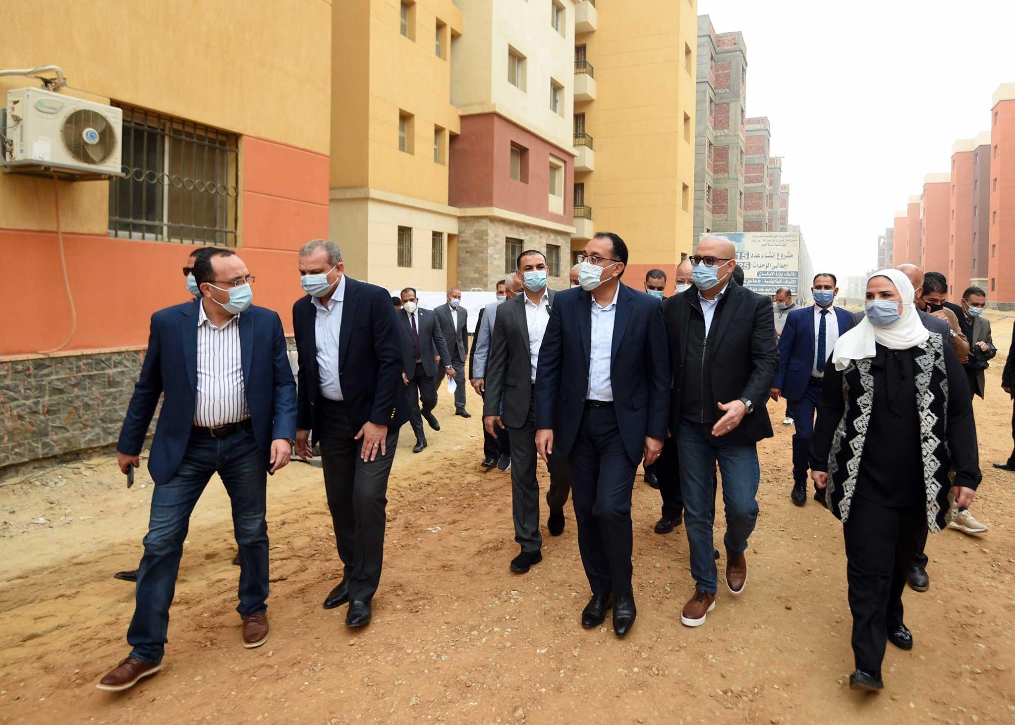 رئيس الوزراء يتفقد مشروعات الإسكان الاجتماعى وبديل العشوائيات بمدينة العبور الجديدة