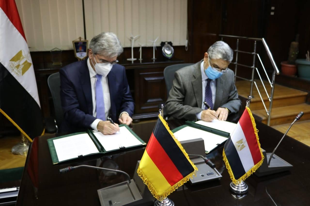 صور| الكهرباء وسيمينز يوقعان اتفاقًا لبدء دراسة المشروع التجريبي لإنتاج الهيدروجين الأخضر