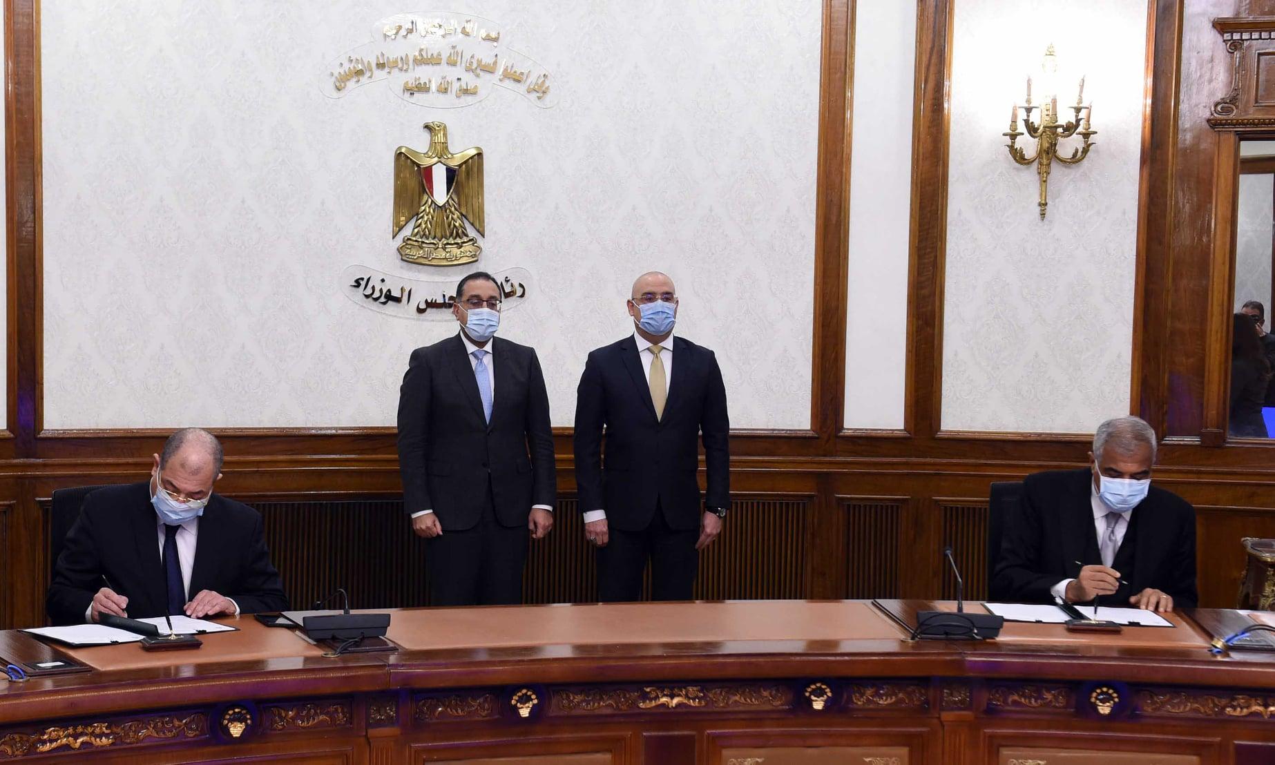 رئيس الوزراء يشهد توقيع عقد بيع 5 آلاف فدان بين المجتمعات العمرانية والعربية للاستثمار