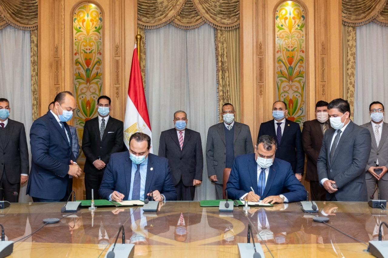 صور | وزير الإنتاج الحربي يشهد توقيع بروتوكول تعاون مع الهيئة العامة للرعاية الصحية