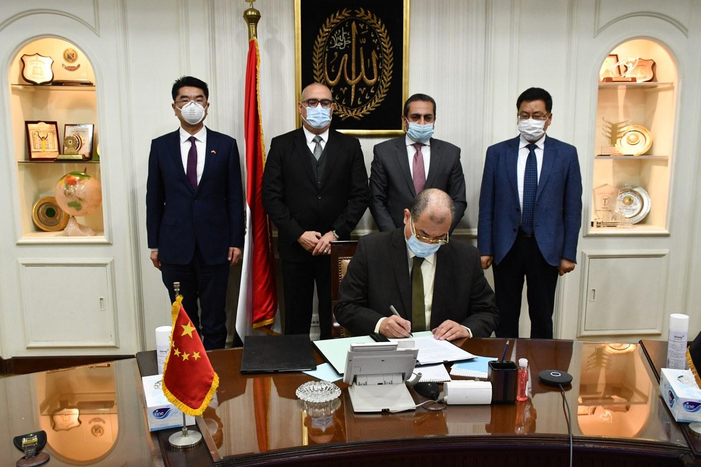 وزير الإسكان وسفير مصر بالصين يشهدان توقيع استكمال تشغيل منطقة الأعمال بالعاصمة الإدارية