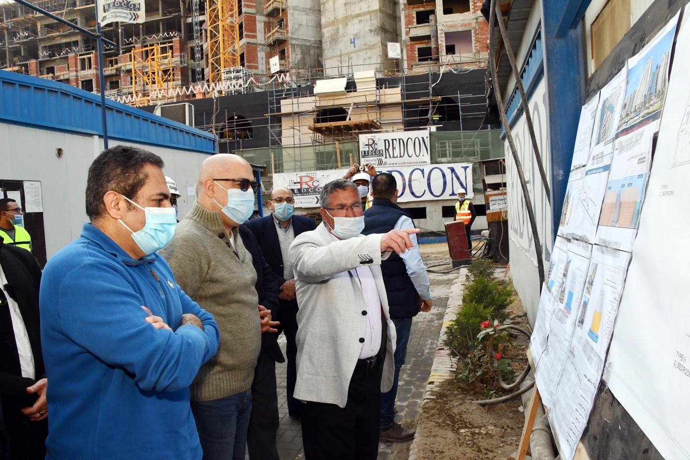 صور | وزير الإسكان يتفقد مشروعى تطوير منطقتى سور مجرى العيون و مثلت ماسبيرو