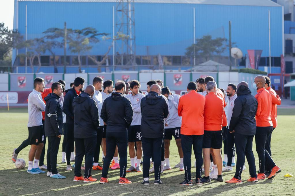 موسيماني يحاضر لاعبي الأهلي استعدادًا لمواجهة المقاولون في الدوري المصري