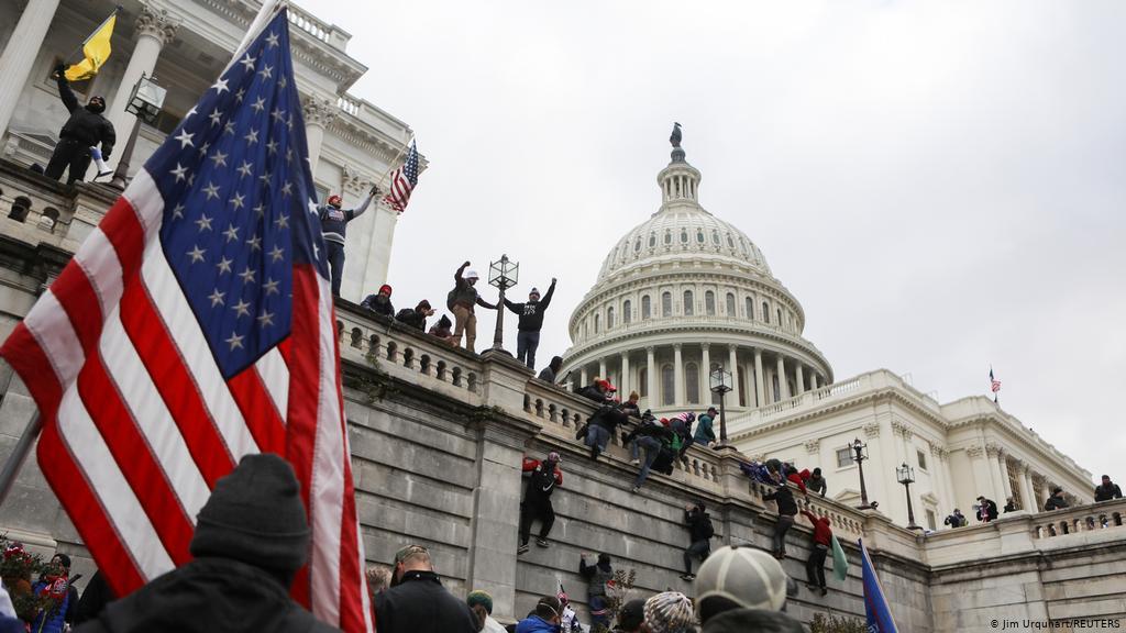 العدل الأمريكية توجه الاتهامات لأكثر من 300 شخص لدورهم في أعمال الشغب بمبنى الكابيتول