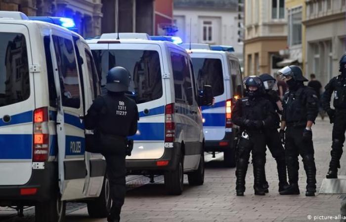 """الشرطة الألمانية تعثر على """"قنبلة يدوية"""" داخل سيارة في برلين"""