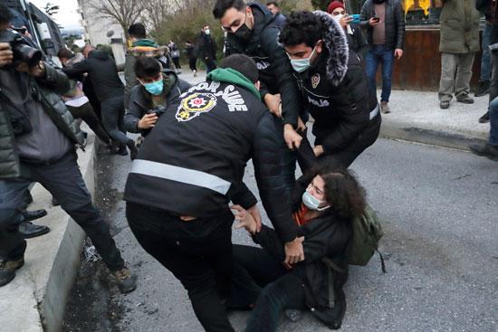 صور وفيديو| شرطة تركيا تطلق الرصاص المطاطي على المتظاهرين