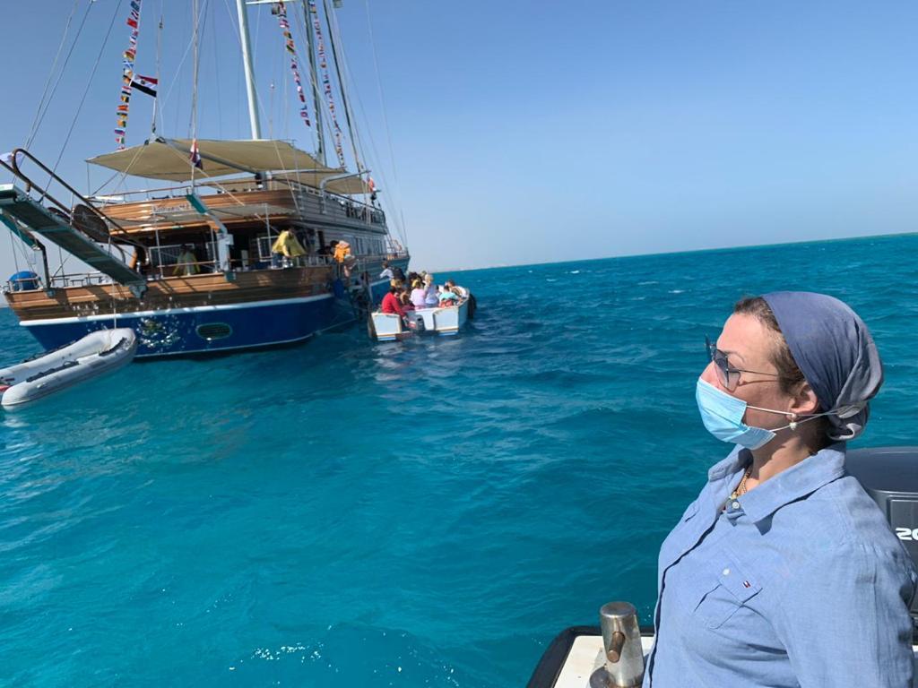 صور | وزيرة البيئة تستقل لنش المحميات لمتابعة الأنشطة البحرية بمدينة الغردقة