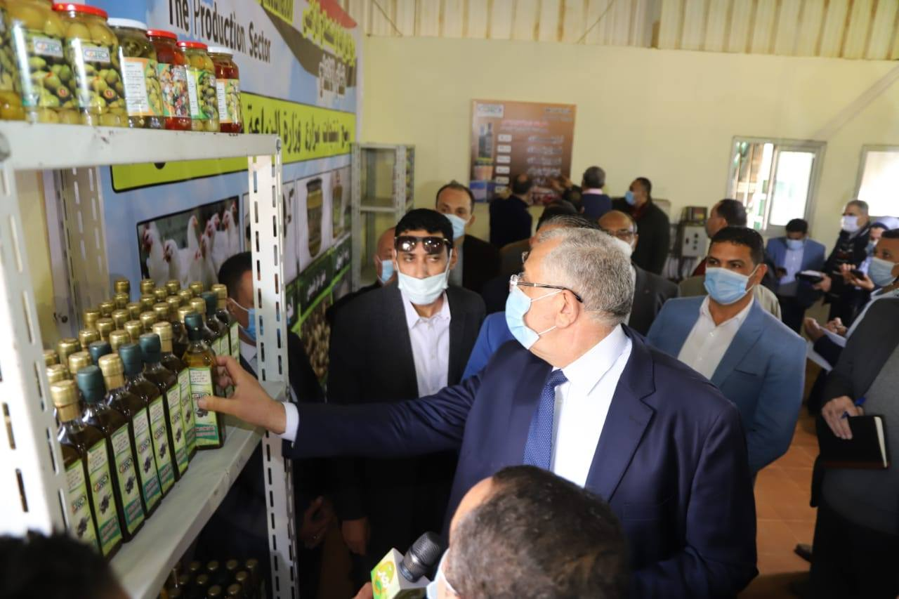 صور | وزير الزراعة ومحافظ الفيوم يتفقدان مزرعة كوم أوشيم