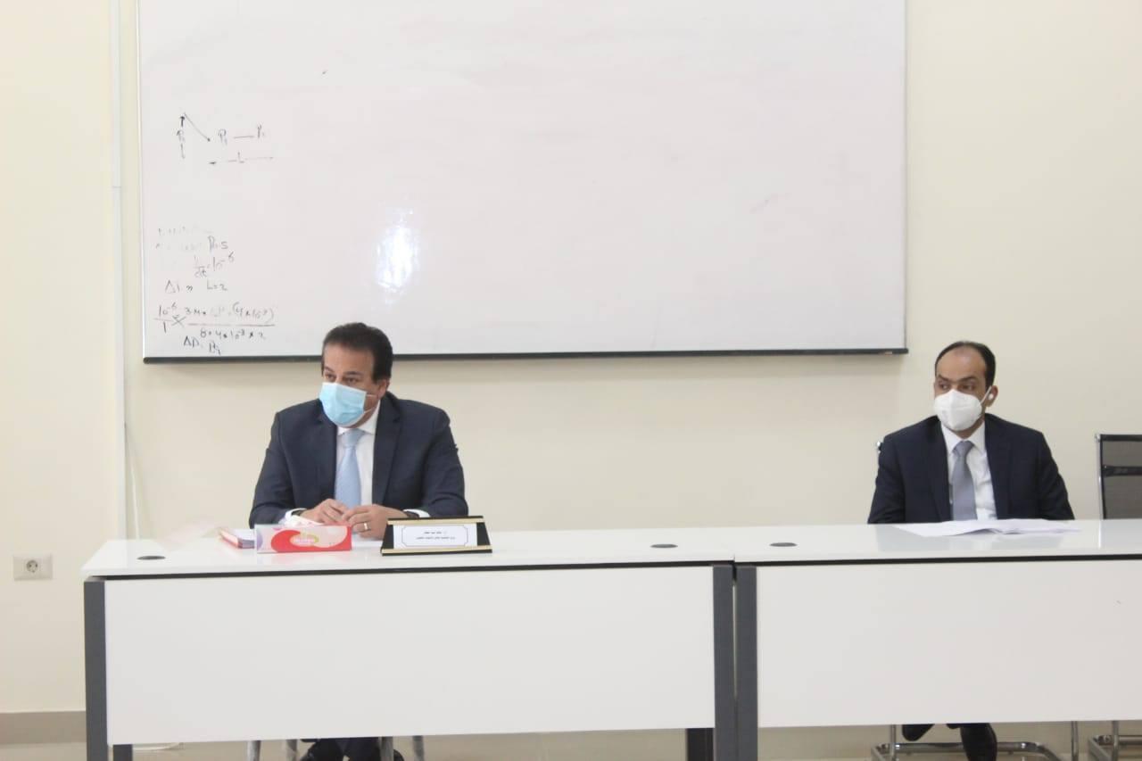 صور   وزير التعليم العالى يترأس اجتماع مجلس شئون المعاهد