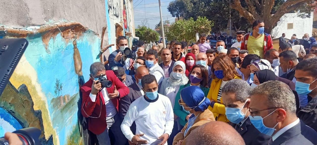 صور | وزيرتا الهجرة والبيئة تطلقان «صفط تراب.. البداية» لتطوير قرى الغربية