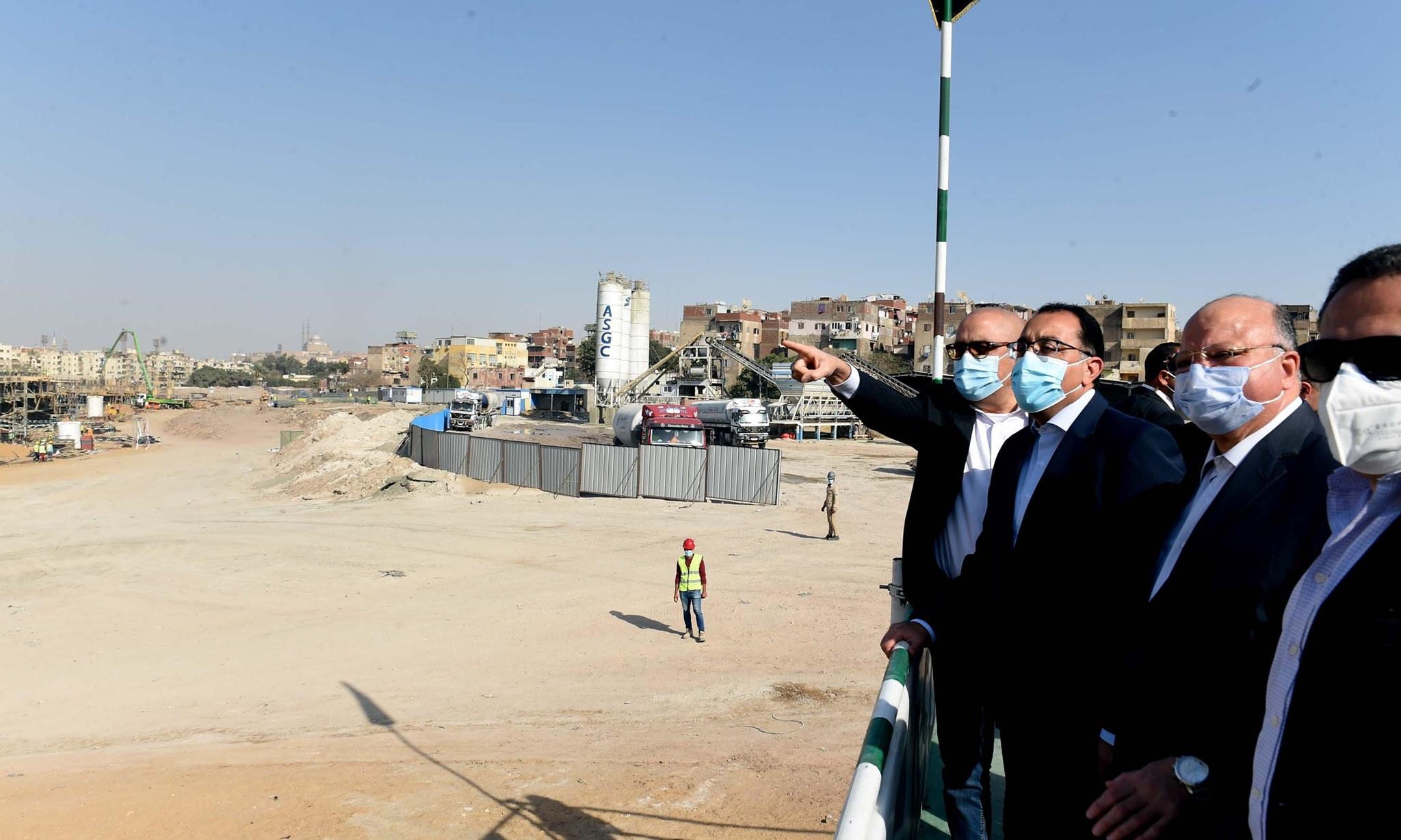 صور | رئيس الوزراء يتفقد مشروع تطوير منطقة سور مجرى العيون
