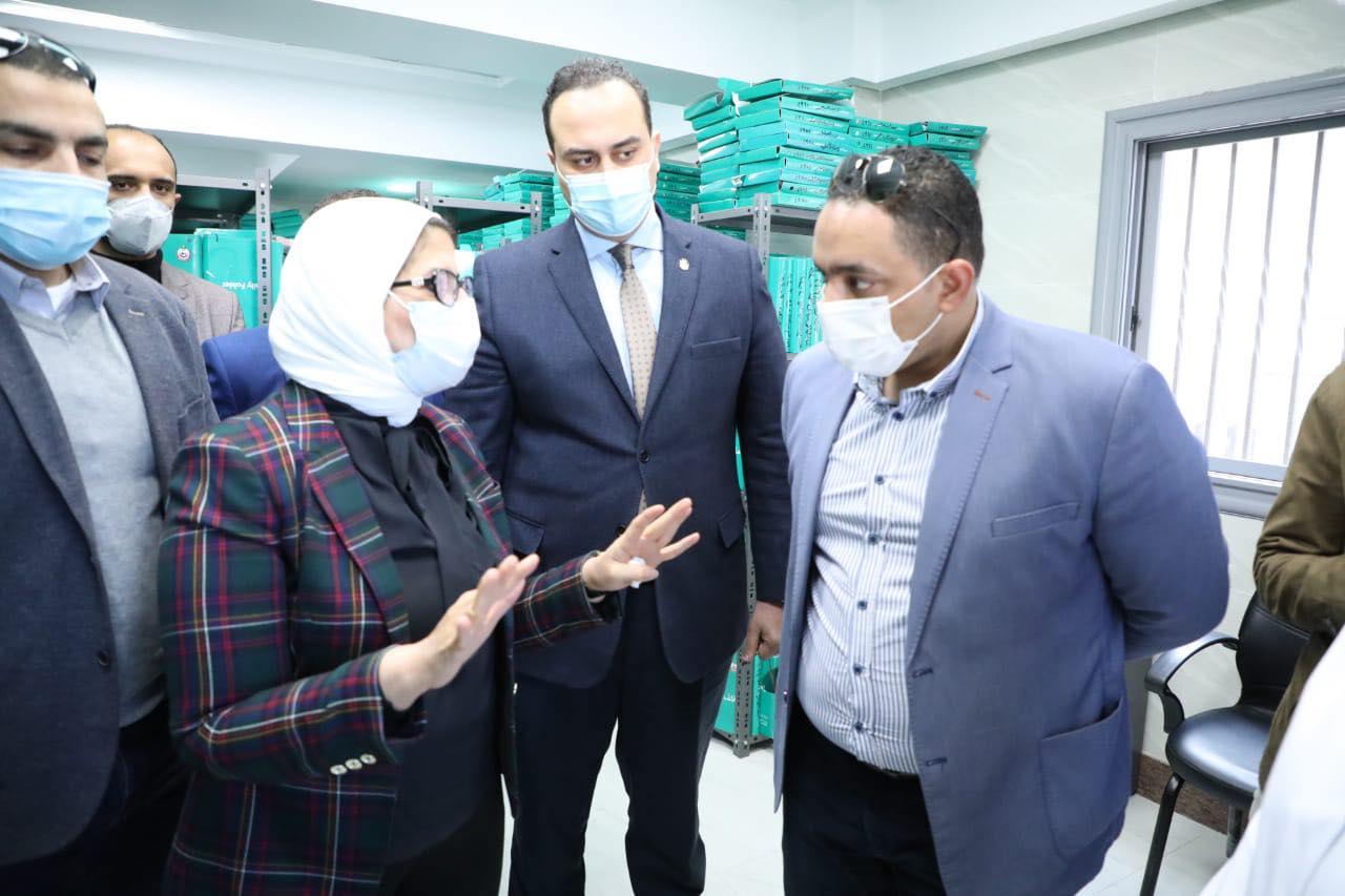 صور | وزيرة الصحة تتفقد مركز طب أسرة الشهداء وتوجهه بسرعة الانتهاء من ميكنة الملفات